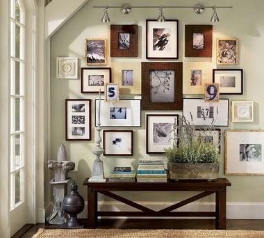 Фотографии на стене.