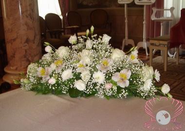 Живые цветы на столе.