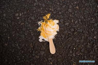 Мороженое на полу.